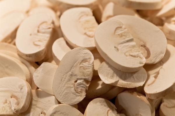 Weisse Champignons in Scheiben