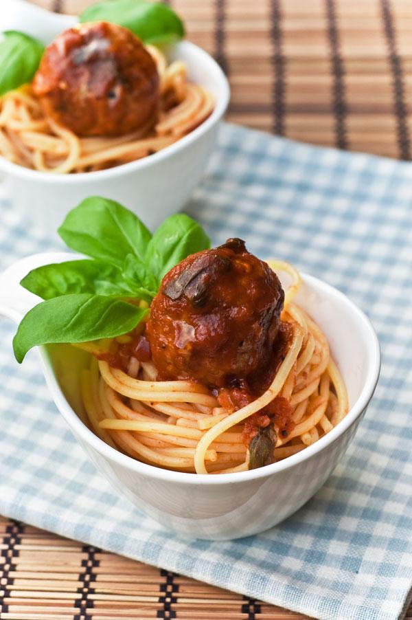 Fleischbällchen mit Tomatensauce und Pasta