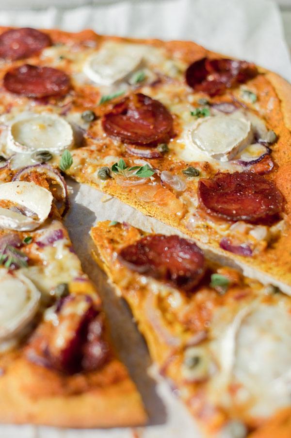 Scharfe Chorizo Pizza mit Kürbissauce und Kürbispizzateig