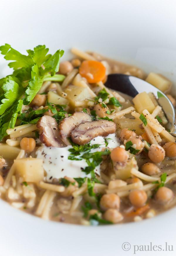Nudelsuppe mit Maronen, Kichererbsen und Kartoffeln