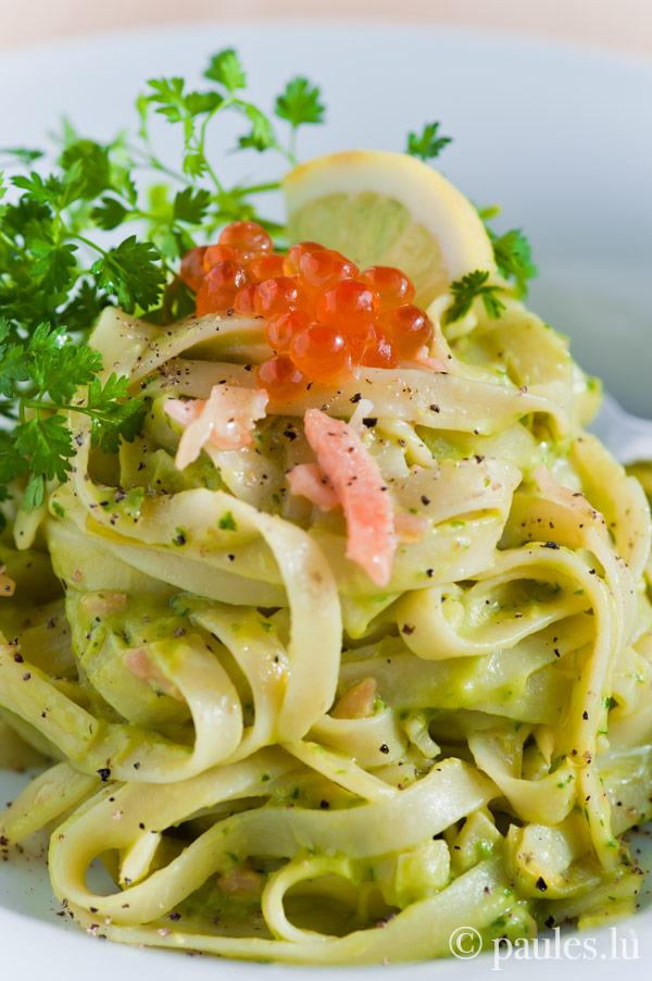 Pasta mit Avocadocreme und Räucherlachs