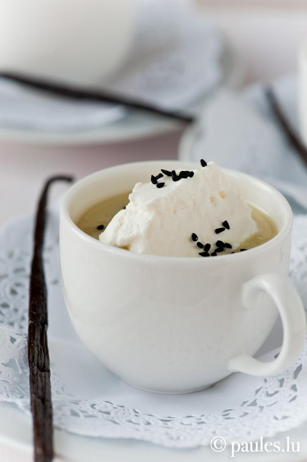 Schwarzwurzelcremesuppe mit Vanille-Sesam-Häubchen