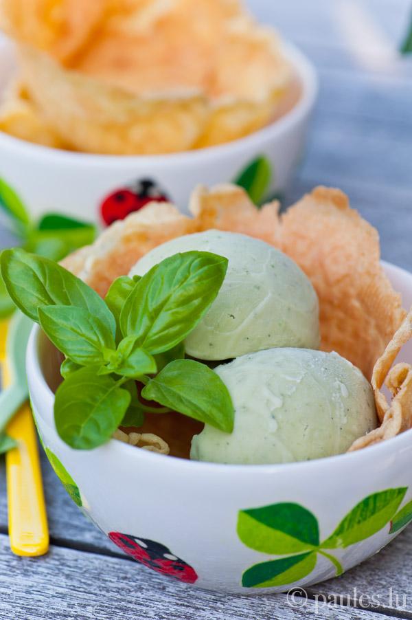 Süsses Basilikum-Eis mit Olivenöl und Zitrusnote