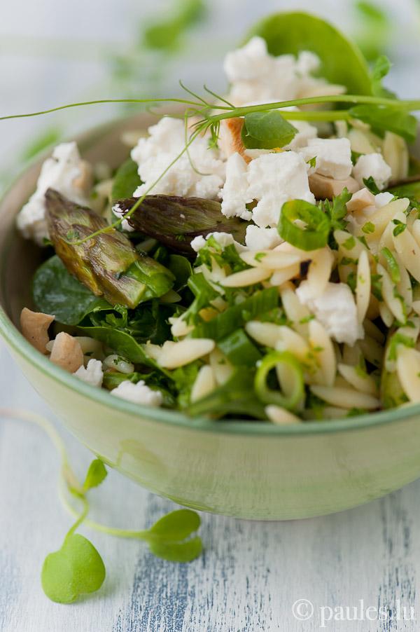 Orzo Nudelsalat mit grünem Spargel, Babyspinat, Feta und Cashewkernen