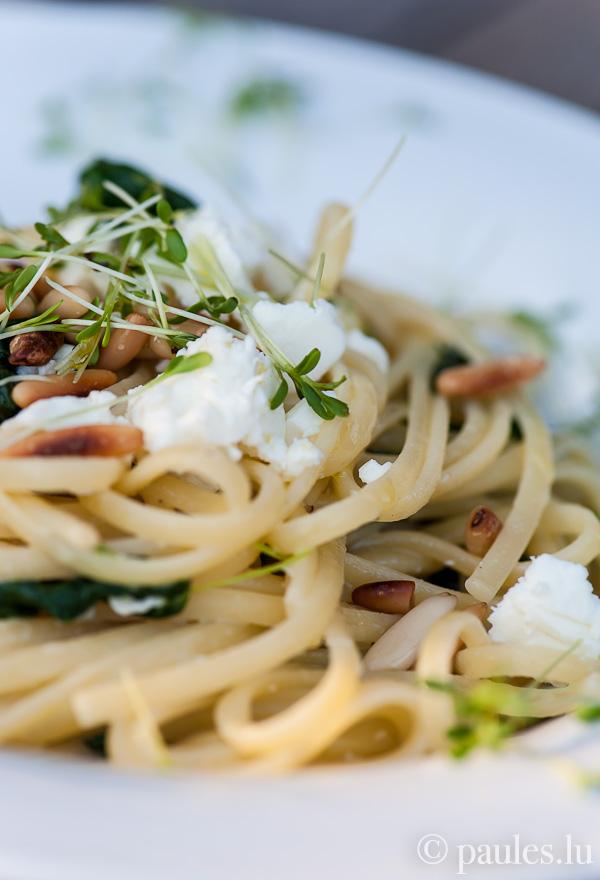 Scharfe Pasta mit Spinat, Pecorino, Feta und Pinienkernen