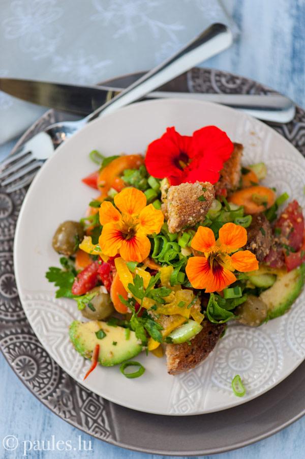 Brotsalat mit Amaranth und Avocado