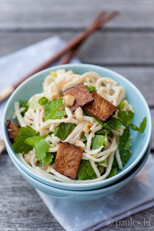 Asia-Nudelsalat mit Erdnussvinaigrette und knusprigem Tofu